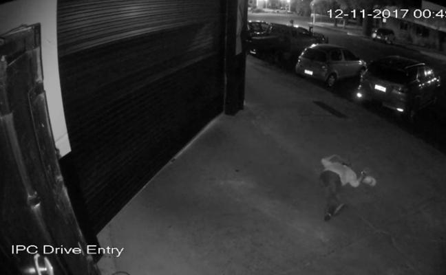 El cómico vídeo de un borracho robando un barril de cerveza que arrasa en las redes