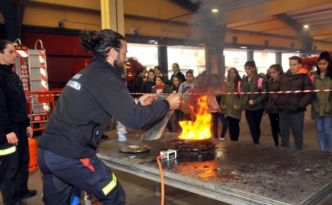 950 niños aprenden y disfrutan en el parque de bomberos