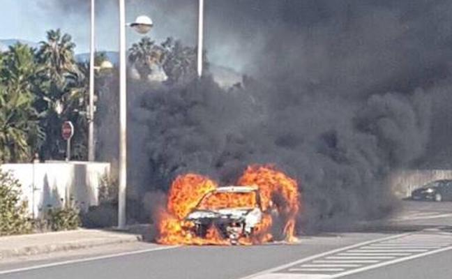 Arde un coche en el Campus de la Universidad de Almería
