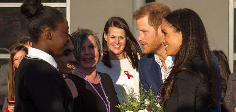 Primer baño de masas del príncipe Enrique y su novia Meghan Markle