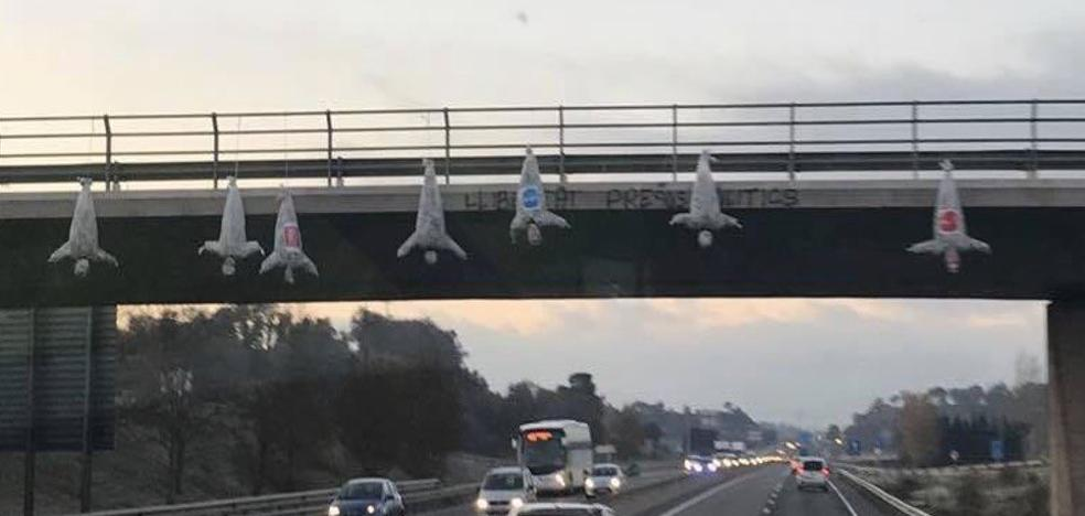 Cuelgan cinco muñecos con logos de PP, PSC y C'S en un puente entre Vic y Tona