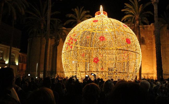 La luz de las navidades ya ilumina el corazón de Almería