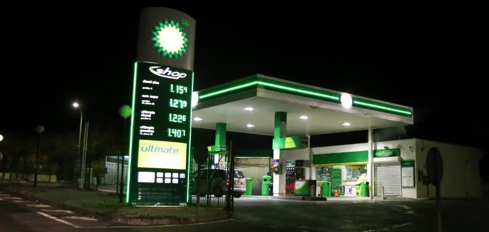 Atracan la gasolinera de Jun con un coche robado antes junto a la Escuela de Idiomas