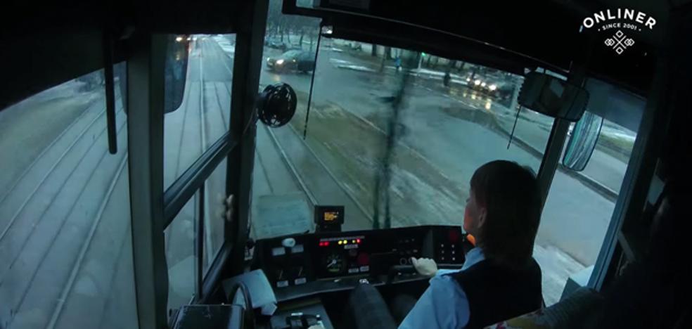 Una conductora de tranvía embiste a un coche y ni se inmuta