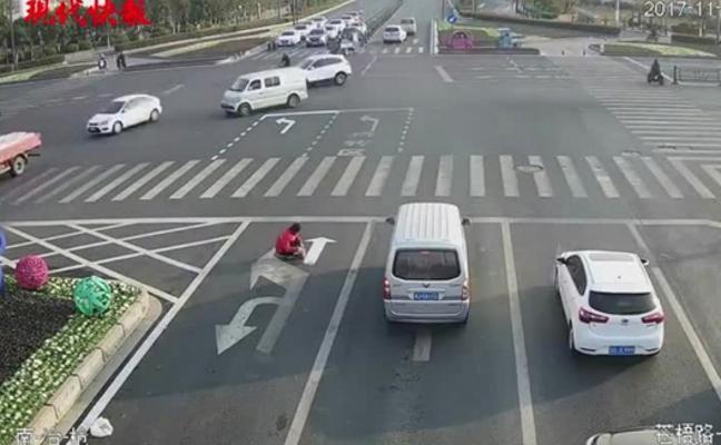 Pinta sus propias señales en la carretera para evitar el tráfico de cada mañana