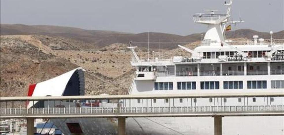 El buque Sorolla sufre un golpe en el puerto de Almería y suspende sus rutas
