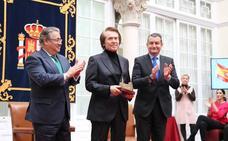 Raphael recibe el reconocimiento del Gobierno de España