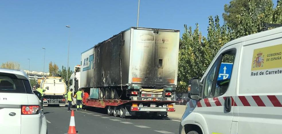 Un camión arde en plena autovía de Granada y mantiene la circunvalación atascada durante más de seis horas
