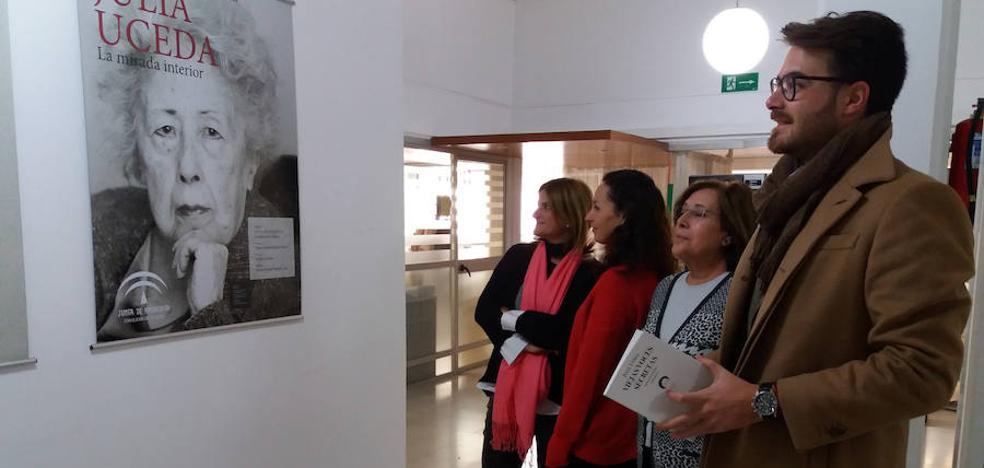 """Una muestra en Granada repasa la """"fuerza individual y voz clara"""" de la poeta Julia Uceda"""
