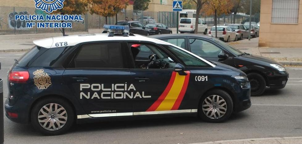 Dos agentes de la Policía Nacional socorren a una anciana tras caerse sola en su casa de Granada