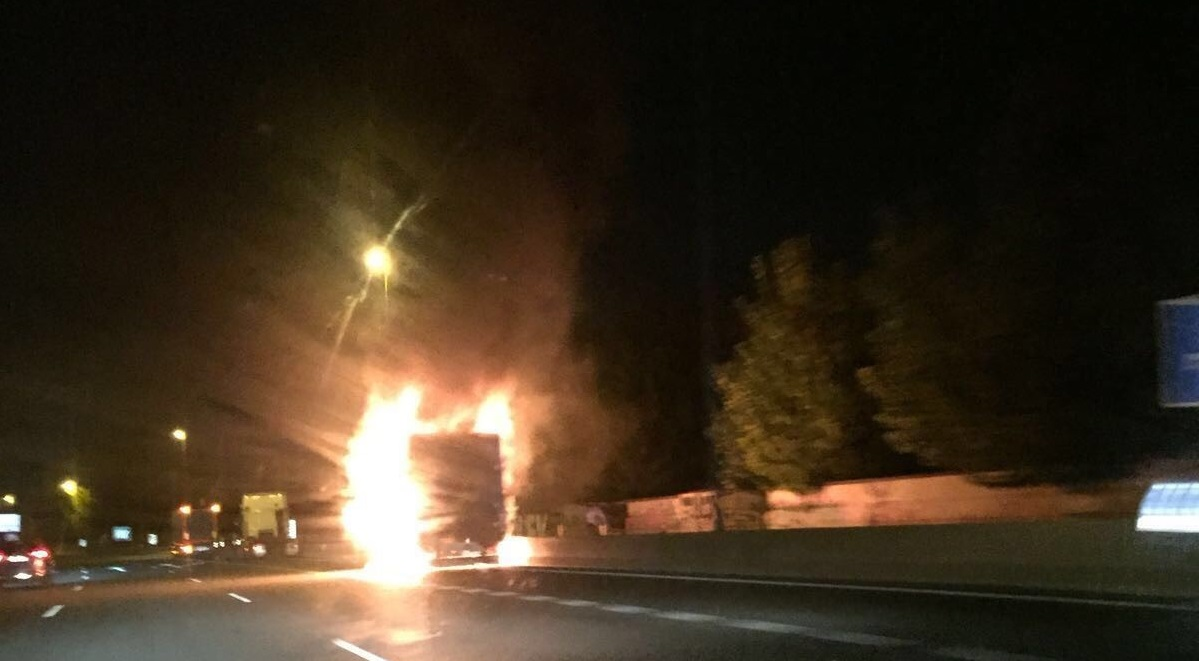 El impactante momento en el que el camión arde en plena autovía de Granada
