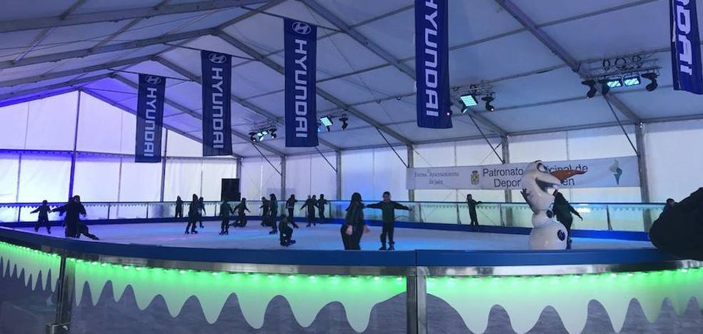 Más de 3.000 personas pasan por la pista de hielo instalada en la capital desde su apertura