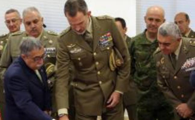 Felipe VI se interesa por todo lo relacionado con la logística del Ejército