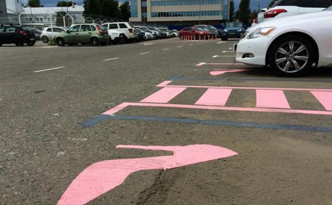 """Crean aparcamientos solo para mujeres: más grandes porque """"se les da peor estacionar"""""""
