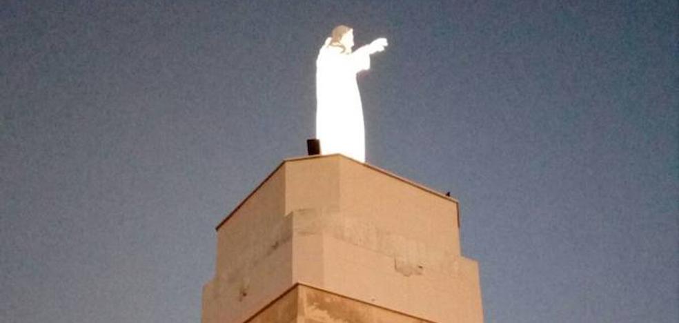 El Sagrado Corazón vuelve a iluminar el cielo de Almería desde el cerro de San Cristóbal