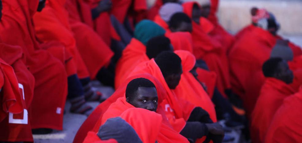 Llegan a Motril los 33 inmigrantes rescatados por Salvamento Marítimo de una patera en Alborán