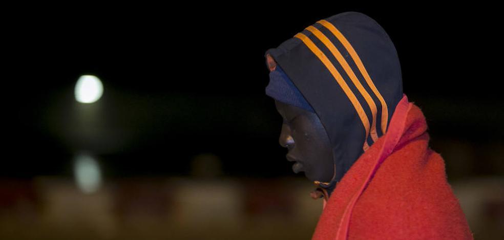 Trasladan a Motril a 33 personas rescatadas de una patera en el mar de Alborán