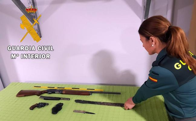 Una madre entrega a la Guardia Civil en Vícar las armas ilegales escondidas por su hijo