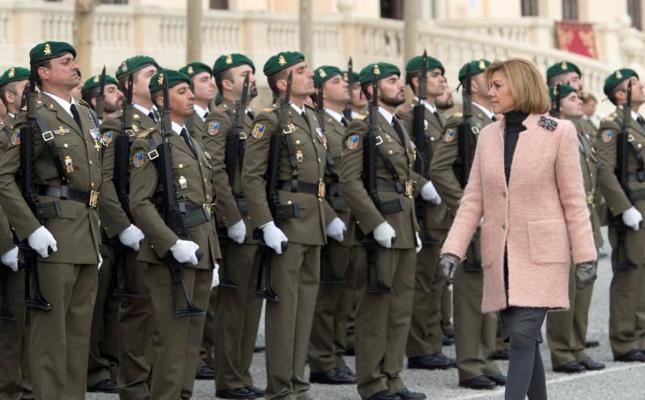 Cospedal recuerda en Barcelona el derecho de todos los españoles a ser «defendidos»