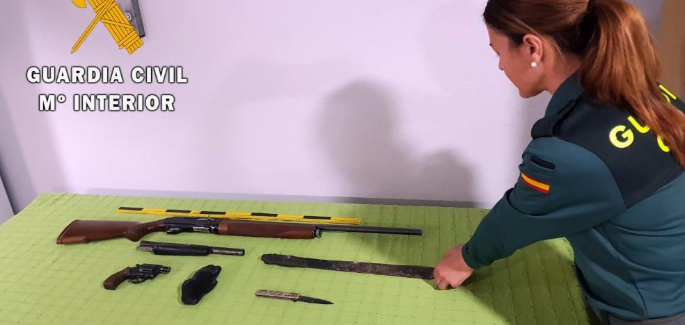 Detienen a un vecino de Vícar con un arsenal de armas en casa