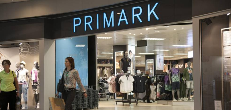 Las 10 prendas y vestidos que arrasan en Primark por menos de 20 euros