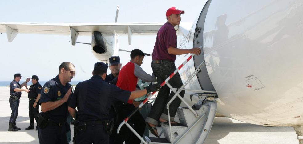Interior expulsa desde Almería a más de medio centenar de delincuentes extranjeros en un año