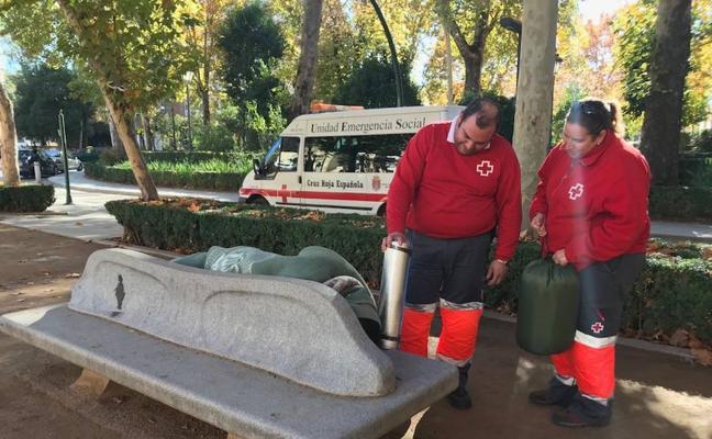 Cruz Roja refuerza las salidas para atender a personas sin hogar en Granada ante la ola de frío