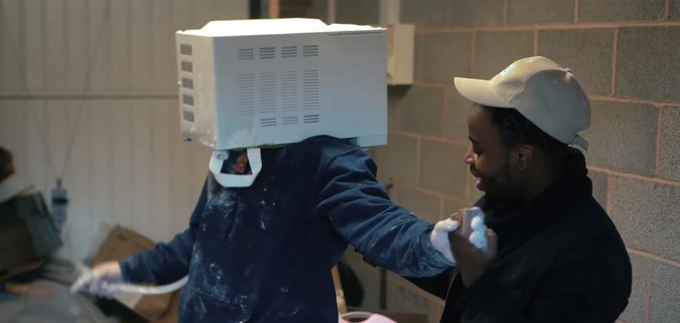 Al borde de la muerte un youtuber por meter la cabeza en un microondas y sellarlo con cemento
