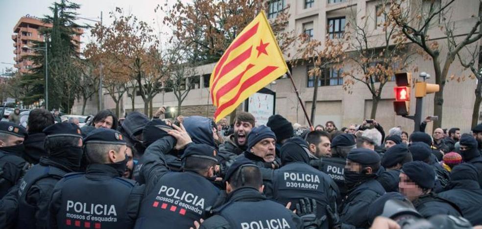 Cargas policiales ante el Museu de Lleida durante el operativo para el retorno de bienes de Sijena