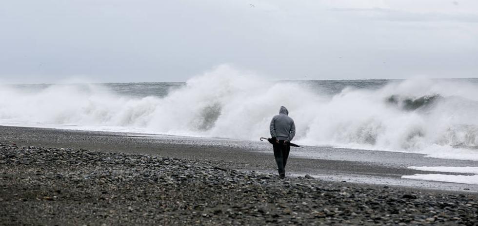Las olas azotan con fuerza la Costa de Granada