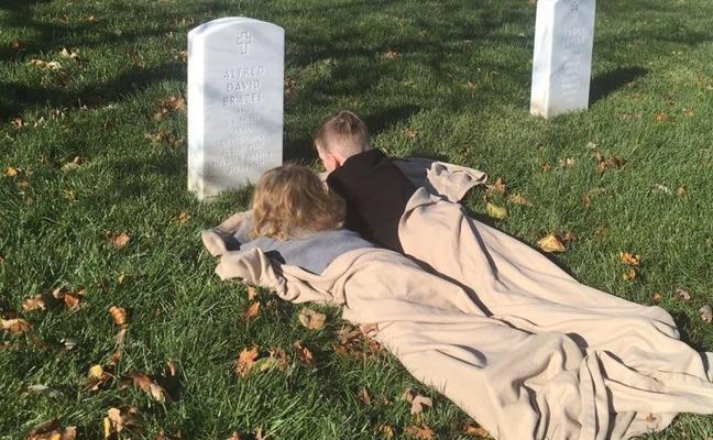 La imagen de dos niños frante a la tumba de su padre que enternece al mundo