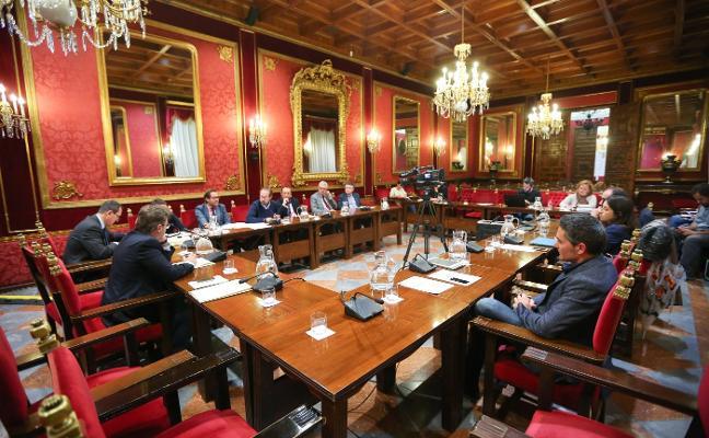 El PSOE trabaja en un borrador de presupuesto que presentará en enero