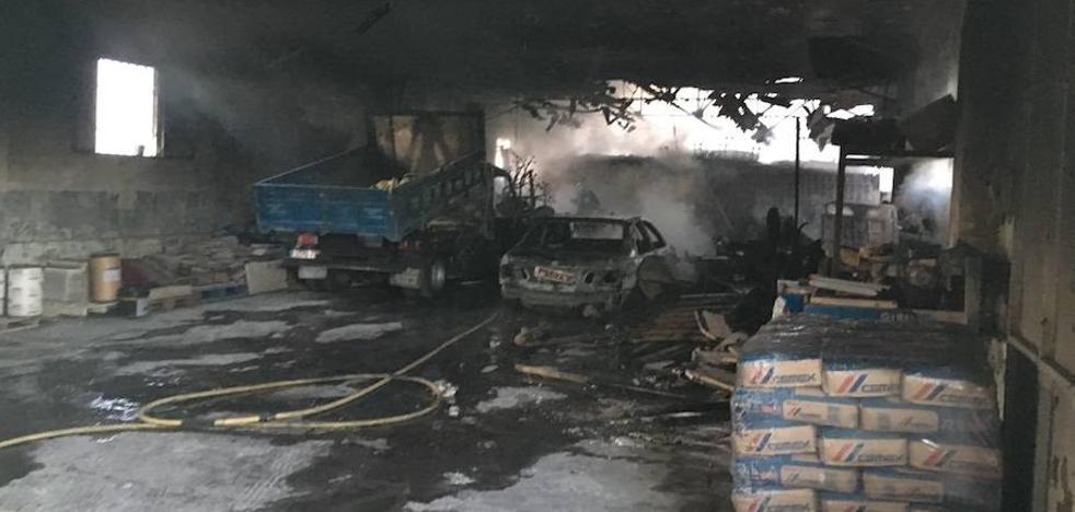 Arden dos camiones y cuatro coches en una nave del Ayuntamiento de Jaén