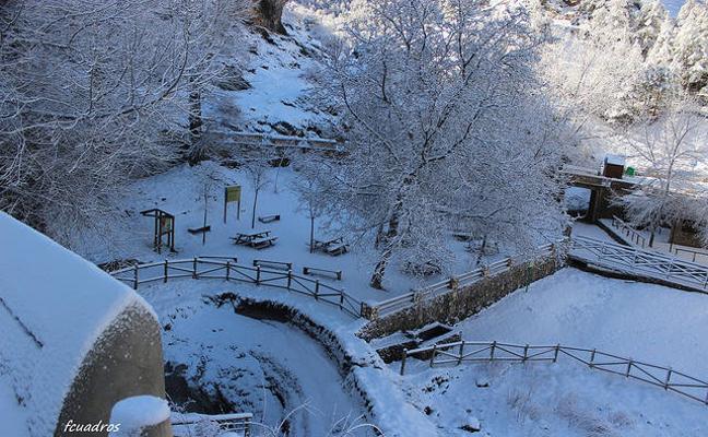 La estampa blanca del nacimiento del río Segura y el entorno de Pontones