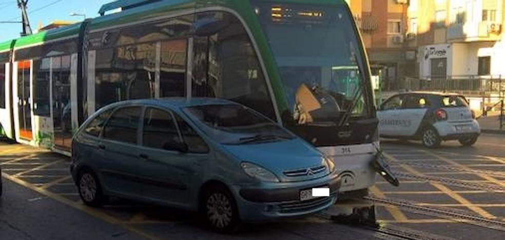 El metro de Granada choca con un turismo en Maracena