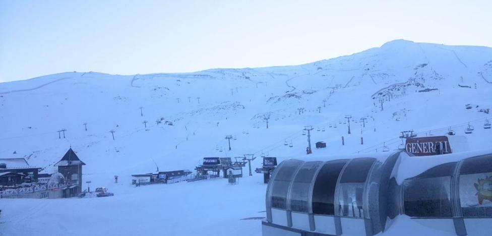 Sierra Nevada abre con más superficie esquiable y activa este sábado el esquí nocturno