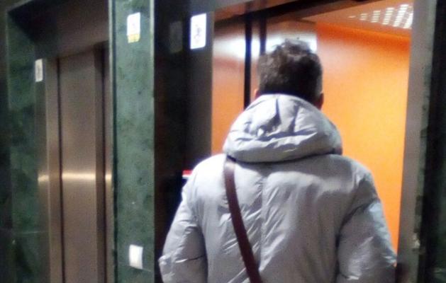 Una mujer denuncia que se le cayó el techo del ascensor de su bloque encima