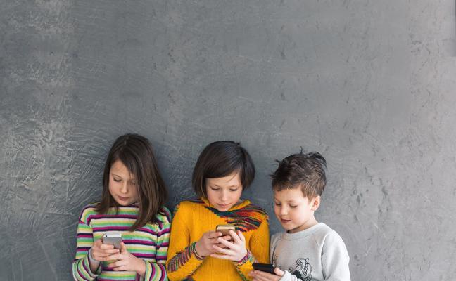 Polémica por la prohibición de móviles para menores de 15 años en los colegios