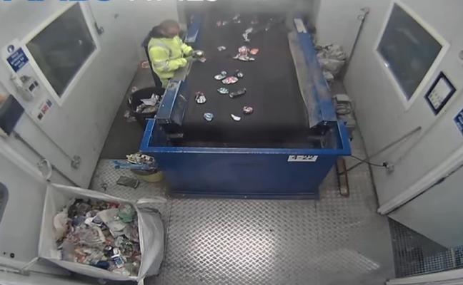 La desagradable sorpresa en el recolector de basura que casi le cuesta la vida