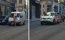 'Cazan' al hombre desnudo que insultaba a conductores y golpeaba sus coches