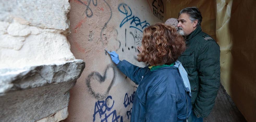 La Junta borra las pintadas del Arco de las Pesas tras la instalación de las cámaras