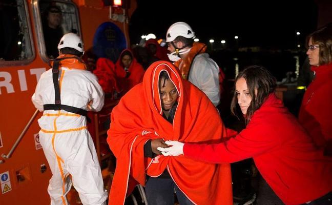 Llegan en buen estado a Motril las 62 personas rescatadas en el mar de Alborán