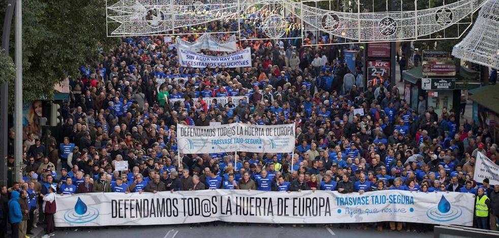 Regantes de Almería piden en Murcia una solución ante la sequía en una protesta multitudinaria
