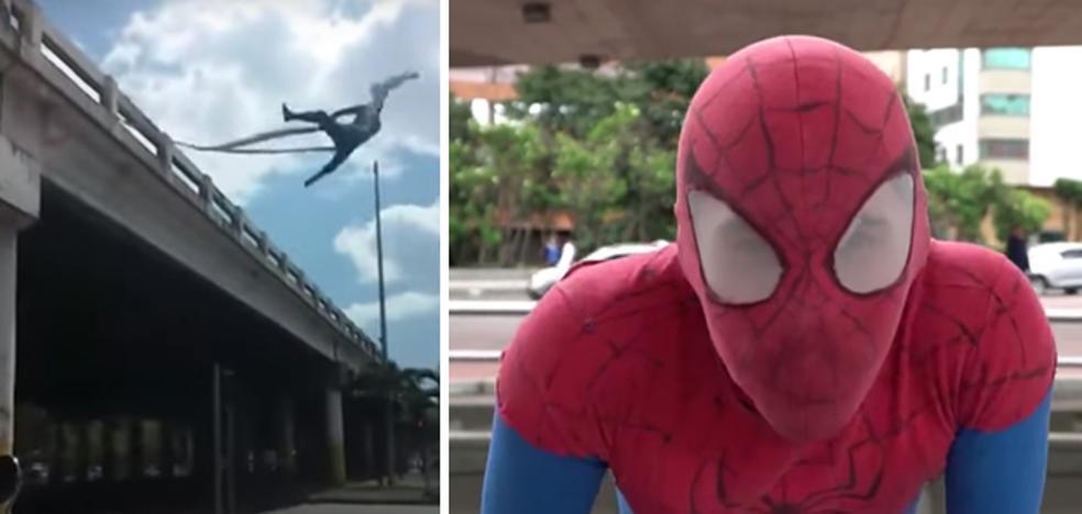 Se gana la vida haciendo de Spiderman en los semáforos