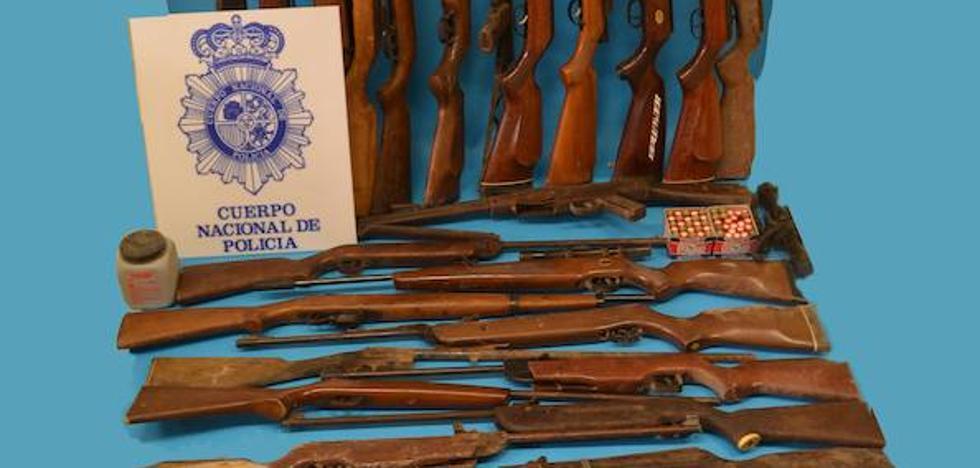 Desactivan unos explosivos en una casa de Linares en la que había un arsenal y un fallecido de forma natural