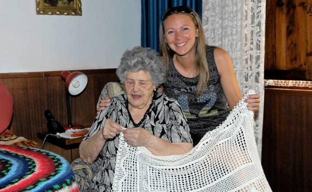 Concepción con una de sus nietas, Lidia Valdés./