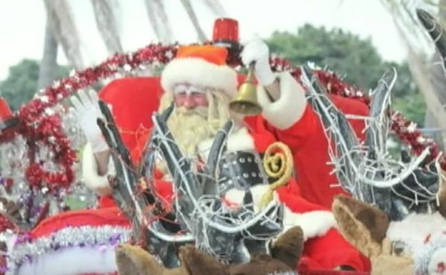 7 niños apedrean a Papá Noel tras quedarse sin caramelos