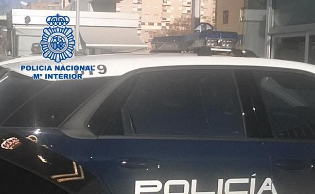Detenidos en Granada por atracar con violencia a dos jóvenes en un cajero