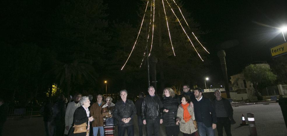 Un árbol de 40 metros ilumina la Navidad