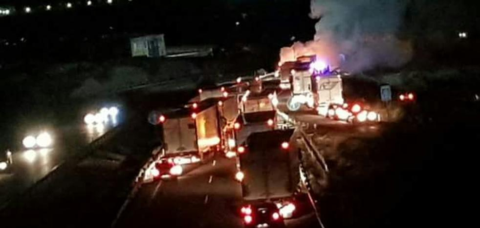 Un aparatoso accidente múltiple provoca un corte en la autovía